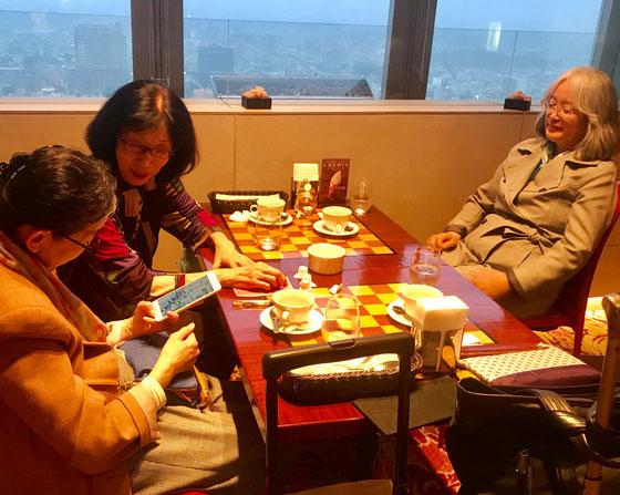 ☆終わって反省会はキャロットタワー26階ホテルオークラのスカイラウンジでお茶。3人ともクッキー付きコーヒーセット@550円(一番安い)。左から生田美子さん、中島雅子さん、佐藤弥子さん。