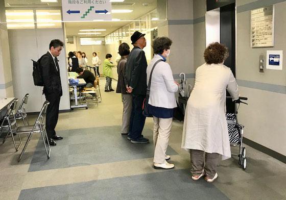 ☆奥の方の行列は今から投票。手前は投票を終えてエレベーターを待っています。