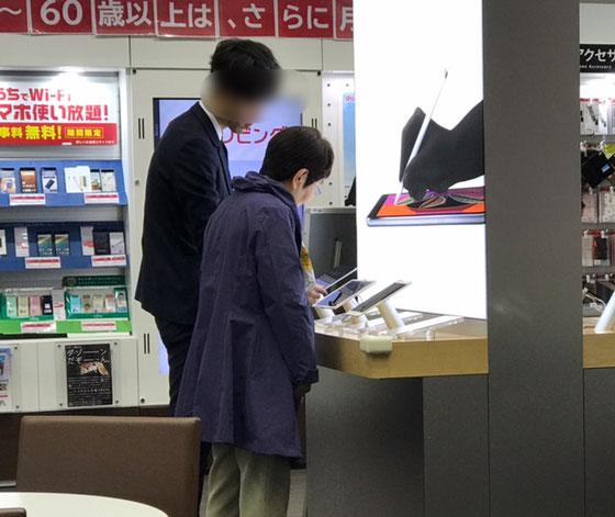 ☆NTTdocomoの担当者さんついでにiPadもどうぞとおすすめ。iPad Air2。ゴールド。128GBセルラータイプをお求め。