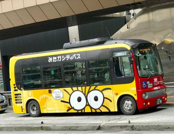☆三鷹駅南口のロータリで見た「みたかシティバス」。ボディーにはジブリの森のキャラクターが。