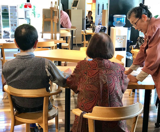 ☆久しぶりにお越しの90歳台のご夫婦。お二人ともにiPadとiPhone Xをご持参。生田美子さんがお二人に対応。