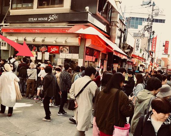 ☆写真は先週の金曜日吉祥寺で見かけました。赤い矢印はいつも行列のできるサトウ(STEAK HOUSE SATOU)のメンチカツの行列。