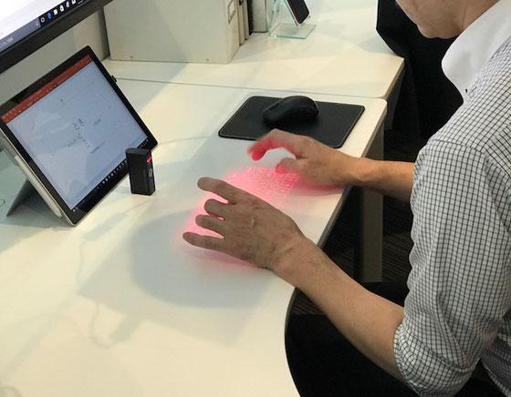 ☆タブレットの前のライター大のものがセンサー。入力された文字はモニターに映し出されます。
