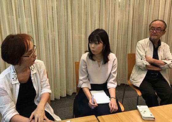 ☆特別参加のお茶の水女子大4年生の榊さゆりさん。来月10月の例会には卒論の概要を皆さんに発表することになりました。左から高村さん 榊さん 国重さん。