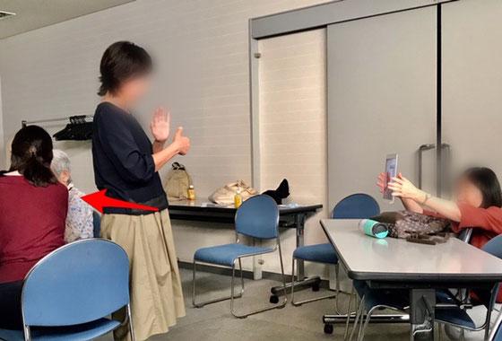 ☆FaceTimeで会話中。赤い矢印の白髪の聴覚障害者のシニアの方と立っている黒いセーター(手話通訳)の方がiPadで手話で会話中。右側のiPadを持っている方が今回のご担当者。