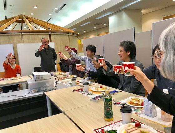 ☆高村由美子会長さんの手慣れた準備と演出でとてもいい雰囲気。アルコールならぬジュースで乾杯。乾杯の音頭は副会長さんの國重誠之さん。