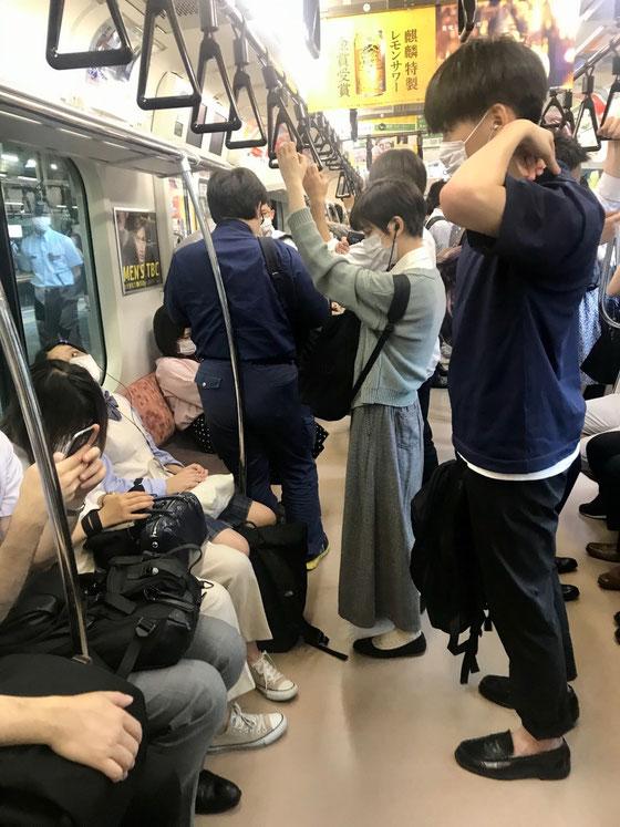 ☆御茶ノ水駅直前の車内。8:24。いつもの通勤ラッシュとは様変わり。