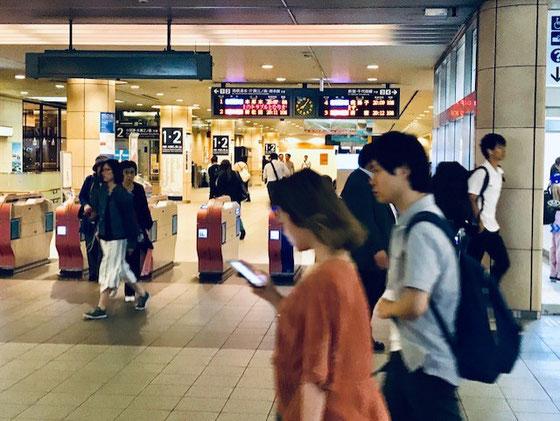 ☆会議が終わって成城学園前駅の改札の時計が20:05を指しています。
