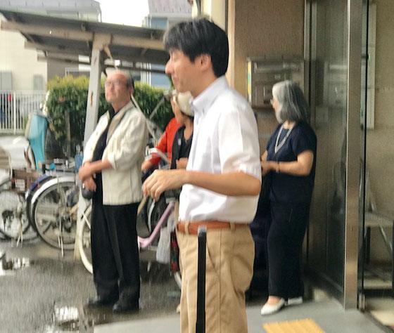 ☆講座が終わる頃にはにわか雨。遠くで雷がゴロゴロ! 花小金井北公民館の入口でしばらく雨宿り。なぜか写真はピンボケ。