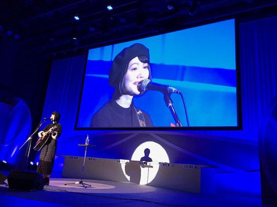 ☆クロージングに日本財団CMソング「愛は勝つ」のカバー歌手新山詩織さんが登壇2曲ご披露。「最後に愛は勝つ」まさにクロージングにふさわしい歌。さすがNHKエンタープライズの演出 素晴らしい。