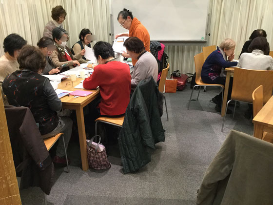 ☆相変わらずに人気講座。左側はリピータさんの講座。案内役は生田美子さん サポーターは金平紀代子さん。右側はご新規さんお二人に対応は大橋朋子さん。