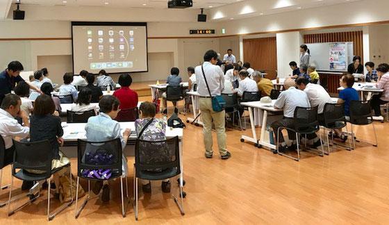 ☆写真の真中に立っている男性は新潟日報社長岡支社の記者H.Cさん。講演が終わって名刺交換の後に2~3ご質問を受けました。