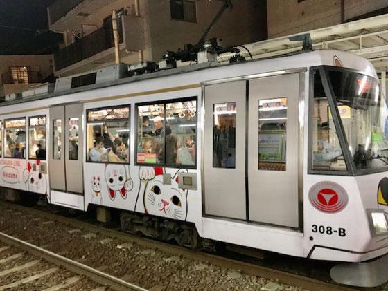 ☆大人の学園祭実行委員会の終了後帰途松陰神社前下りホームから見た猫電車。ただいま19:12。