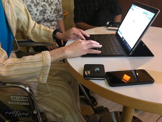 ☆スターバックスの店外の丸テーブルでパソコンで(事務処理)アプリの説明をして頂きました。