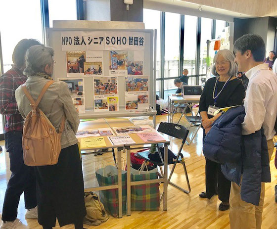 ☆シニアSOHO世田谷のブースは表通りに面したい良い場所。千葉の新浦安から陣中見舞いにパソコムプラザの増田直樹さん(右側男性)。