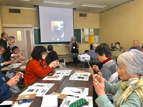☆左側の立っている男性は奥から公民館の職員さん。手前が長谷川久之さん。