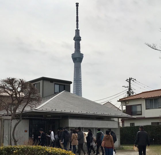 ☆墨田区向島の一言集会所。昼食とレクチャー&ディスカッション。東京スカイツリーがまじかに。