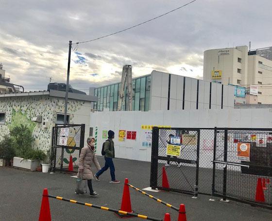 ☆小田急線下北沢駅旧北口。フェンスの左の建物は案内所。