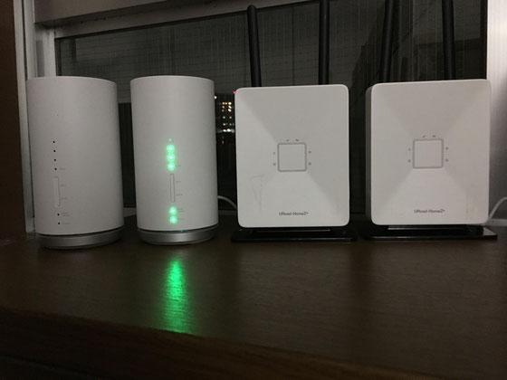 ☆写真左側2台が最新機種「SpeedWi-Fi HOME L01」。右側2台は従来の据え置き型WIMAX2+。