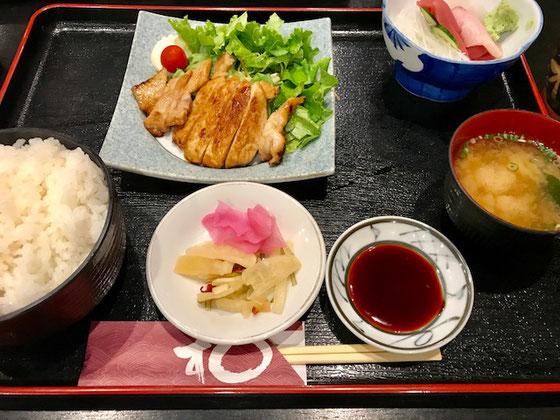 ☆坂下公民館野講座が終わって和光市駅前で皆さんと昼食。三元豚のみそ漬け焼き豚と刺身三点盛りセット。税込み1,080円。