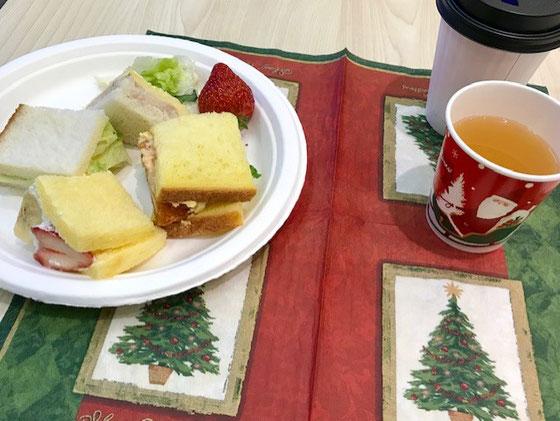 ☆クリスマスランチ会費は年会費1,000円のあまりから。欠席した方には申し訳ありません、ご馳走様。イチゴは國重さんの差し入れ。紙ナフキンが良い色どり。