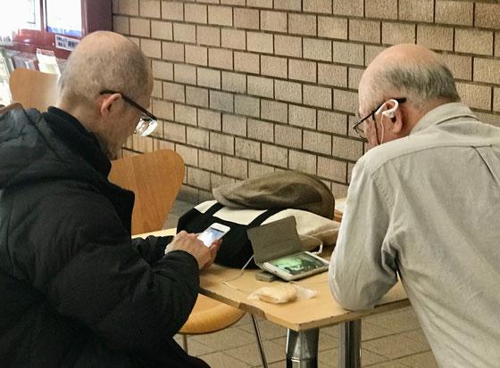 ☆帰途市民館の1階のロビーでシニアお二人がiPhoneをお使いでした。シニアがごく当たり前のようにiPhoneをお使いの時代です。