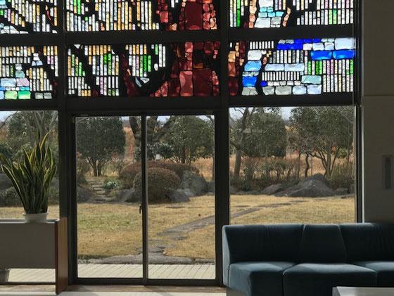 ☆ガラス越しに庭。ステンドグラスがきれいでした。