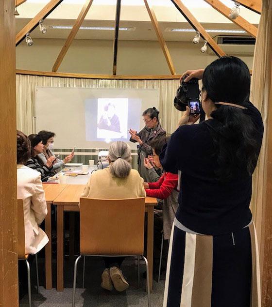☆某新聞社の女性記者さん。さすがカメラは本格的。手前左側白い服の座っているは女性はサブの金平紀代子さん。