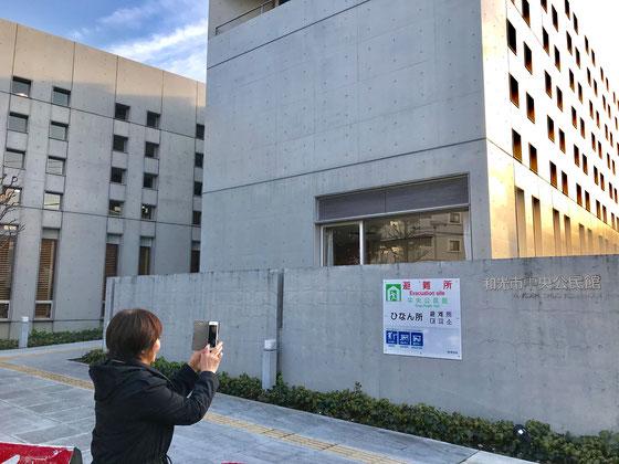 ☆会場は和光市中央公民館3階視聴覚教室80人収容。無線環境はバッチリ。写真は入口右の壁の上部には「和光市中央公民館」(わかりにくいですが)の文字が。