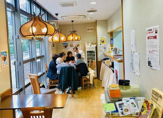 ☆店内風景。右側に厨房。手前にお客様が2組収容できます。