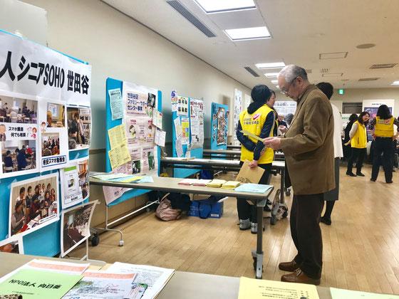 ☆ポスター展の最初の来場者様。用意してあったチラシ2種類を佐藤弥子さんがお渡ししました。