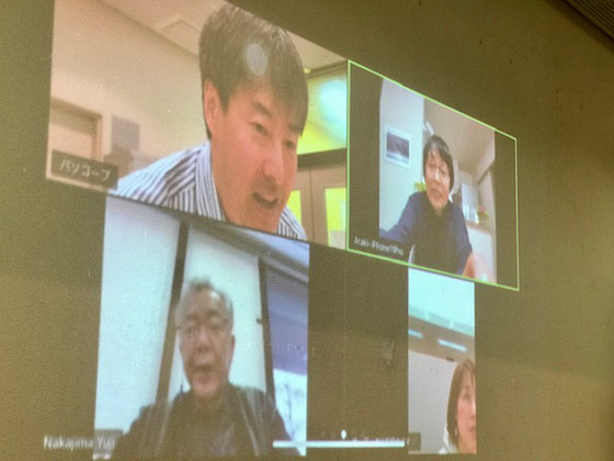 ☆増田直樹さん(左上)の会議アプリ「Zoom(ズーム)」の解説。会社からにんじん倶楽部の会議に参加の中島有二さん(左下)。自宅から参加の荒木哲子さん(右上)。
