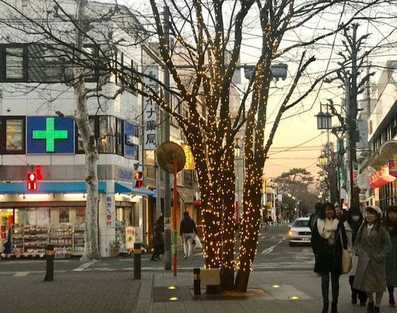 ☆成城学園前駅北口のイルミネーションが点灯。ただいま17:01。