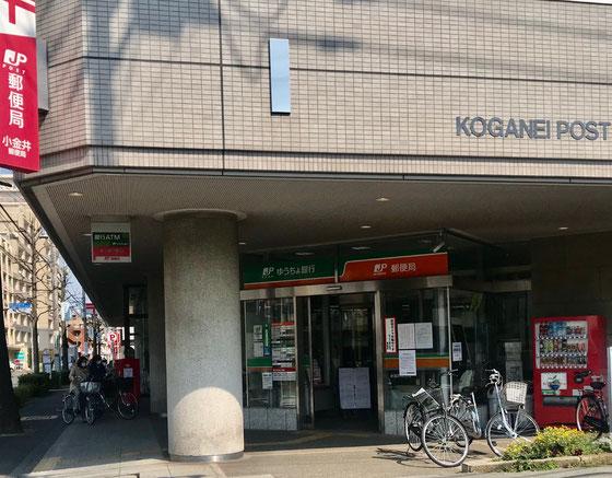 ☆入り口の扉の上には「ゆうちょ銀行」と「郵便局」とが併記されています。