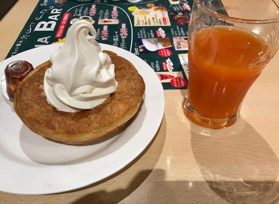 ☆山根は甲府から見学の小林美由紀さんと同席。メニュー 目移りして注文できません。で同じもの。名前がわかりませんが、パン(?)の上に生クリームシンプルですが美味しい。右はドリンクサービスのジュース。