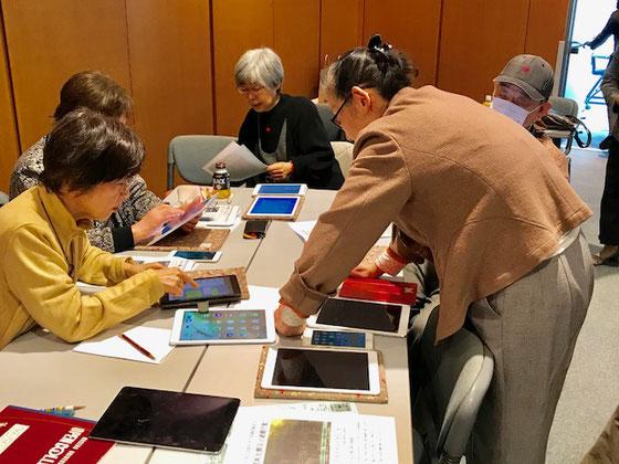 ☆iPadご持参の4名様とiPadで受講ご希望の1名様のiPadグループの「島」を一手に引き受けた生田美子さん(左側の立っている女性)。