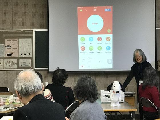 ☆案内役の佐藤弥子さんが皆さんに血圧を測る前に3回深呼吸を呼びかけました。健康アプリはiCare。