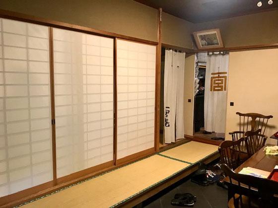 ☆玄関を入ると広い土間。右手のテーブルには商品が。桜餅も販売しています。