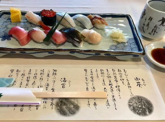 ☆会場の旭寿司総本店さんお正月メニューのため1,080円のランチメニューがなく。上4,700円、中3,700円、並2,700円。3人でメニューを確認、3人とも2,700円。ビールを飲みたかったがやめました。値段だけあります。美味しかった。