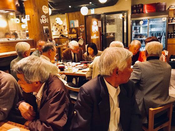 ☆皆さんずいぶん髪が白いです。懇親会の会場は下北沢駅の南口近くの地下の鳥専門店。飲み放題のコースで@3,000円。安いです。ただし山根は鳥はダメですが・・・。