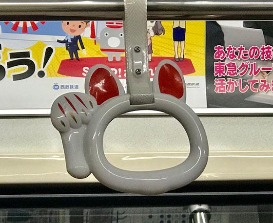 ☆松陰神社前駅から下高井戸駅行きに乗車。ふと気が付くと吊り革が猫の手。噂の猫電車に初めて乗車。長い長い会議の疲れも吹っ飛び楽しくなりました。