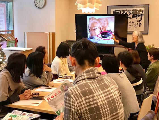 ☆試験が終わって反省会。「写真に文字を入れる」課題の解説中。