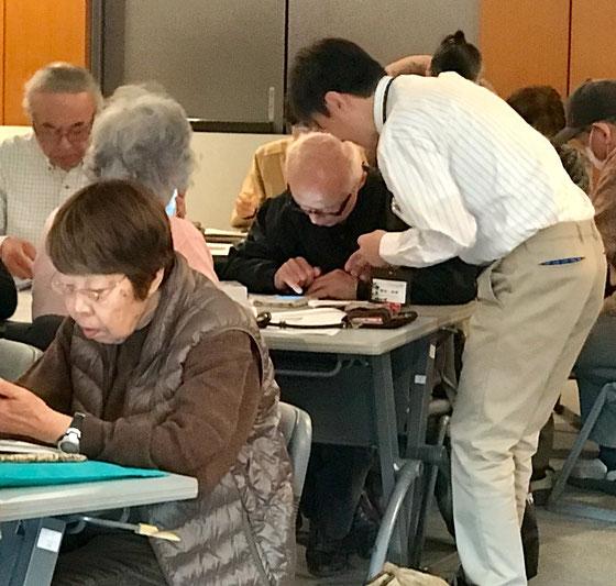 ☆受講にわざわざ千葉の新浦安からお見えの増田直樹さん(白いYシャツの男性)助っ人として4つの「島」をあちらこちらへと大車輪のご活躍。