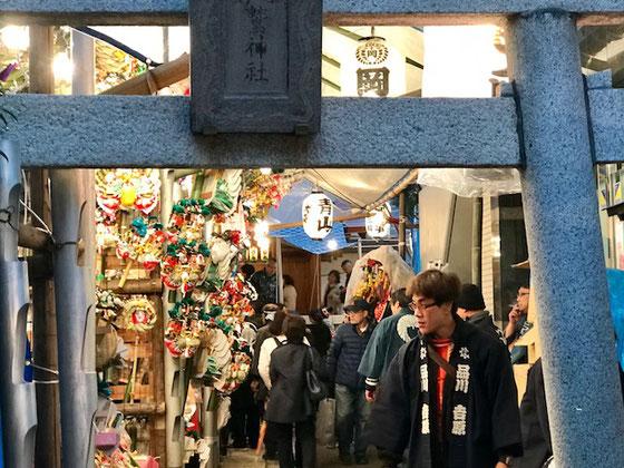 ☆この日は大森鷲神社(おおとりじんじゃ)の「三の酉」。途中の商店街のアーケードも祭りのにぎわい。ワクワクして中島さんと同僚さん&山根の3人で見に出かけました。