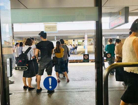 ☆暑いので待合室で 各駅停車 の時間待ち。往路 京王線「明大前」下りホーム待合室から見たホーム風景。
