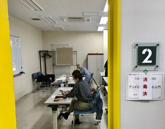 ☆講座と講座の間には机を丁寧にNHKの職員さんが消毒。終わると入り口の看板に「消毒済」と。