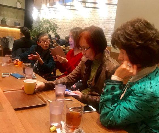 ☆成城学園前駅のFORESTY CAFE成城店で歓談。女性はすぐうちとけますが男性はこうはいきません。小林さん新宿発18:00のバスに間に合うギリギリまでダべリング。