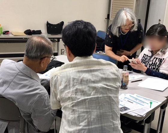 ☆これも午後のアンドロイドスマホ講座。左側手前の若い男性いつもお隣のシニアをサポート。有難い。右側の女性はスマホ購入をご検討中。佐藤弥子さんが懇切に対応中。