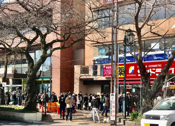 ☆JR中央線国立駅南口のサンドラッグ 9:30開店直前の行列。異様な光景。マスクとトイレットペーパーの購入でしょうか?