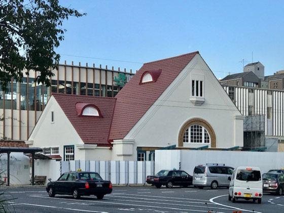 ☆まだ周りは仮囲いのままですが懐かしい赤い三角屋根が姿を現しました。